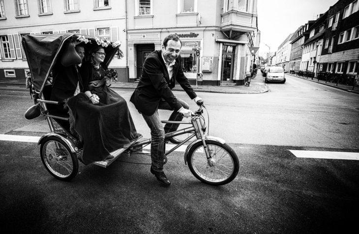 Hochzeitsriksha in Großaufnahme mit lachendem Fahrer